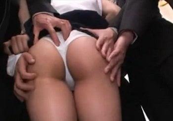 電車でムッチムチなお尻を複数の男達から痴漢されまくるRIOの動画