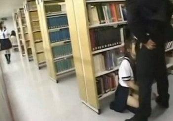 図書館でヌード本を見た清純JKを痴漢して強制イラマチオさせる動画