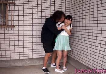 建物の影で痴漢されて口内射精までされる三つ編み美少女の動画