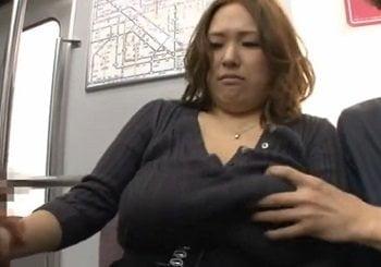 電車でポッチャリ爆乳お姉さんを痴漢してパイズリさせる動画