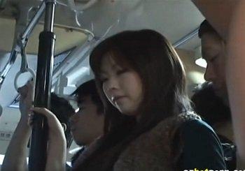 ムチムチなお尻が目立つ浜崎りおがバス内で痴漢される動画