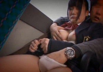 部活帰りのJKがバスの中で痴漢され座席に座りながら強制フェラ