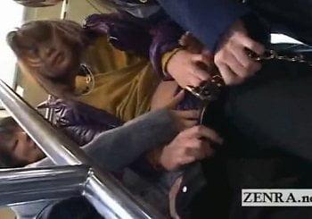 バスで両隣に立っていたJKにレズ痴漢されるセクシーパンツギャル姉