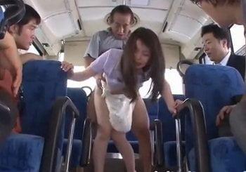 バス内の乗客が見てる中で巨乳お姉さんが痴漢されハメ倒される動画