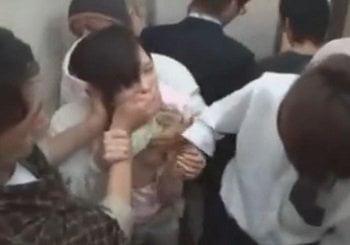 JKやナースがエレベーター内で集団鬼畜痴漢され潮吹きする動画