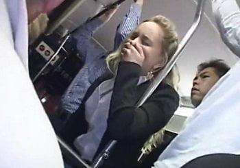 バスの中で痴漢された金髪OLが手で口を押えながら激イキする動画