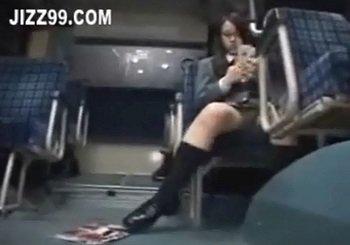 バスでエロ本拾うほどHなメガネJKが痴漢されパンツにシミをつくる