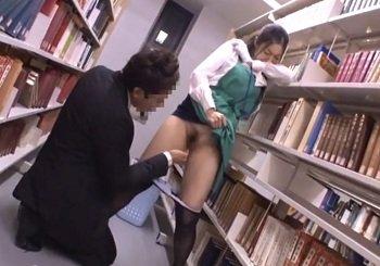 図書館司書があまりにも焦らす痴漢師のテクに声を殺して悶える