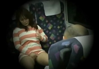 電車で正面の男にオナニーを見せつけ逆痴漢フェラ抜きする痴女