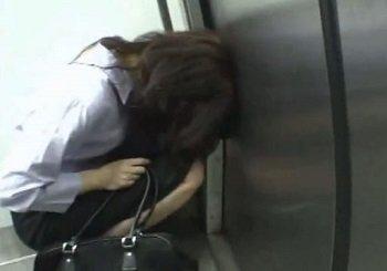 この泥酔OLがこの後電車内のトイレで変態痴漢される動画です