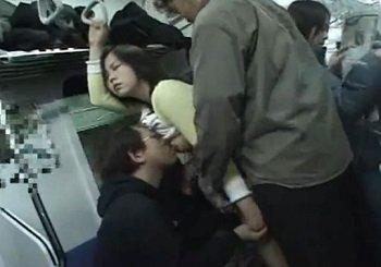 電車内で痴漢に抵抗しない泥酔女が目の前に!味わい尽くす男達
