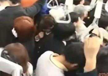 こんなに混んでる電車内で痴漢されたJKのヌルヌルマンコに挿入