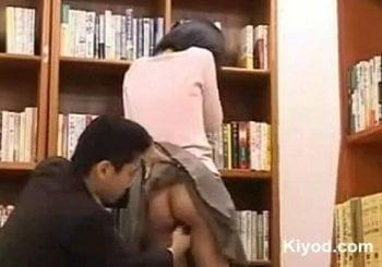 図書館でローターを挿入された女性に本を借りに行かせたら…