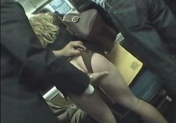 美形金髪キャリアウーマンOLをバスで痴漢して腰砕けさせる動画