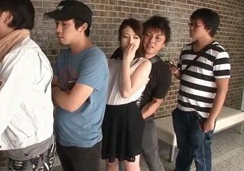 ATMに並んでる後ろの男からマンスジをなぞられ痴漢される美女