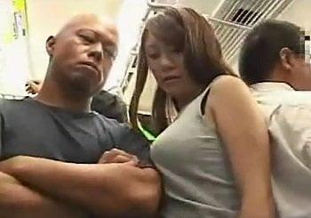 バックの紐で巨乳が強調されてる美女を電車内で痴漢する動画