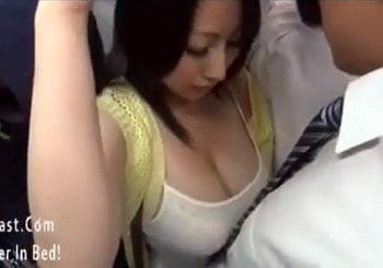 胸の谷間がエロ凄いノーブラタンクトップ巨乳美女をバスで痴漢