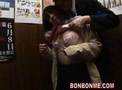 停止したエレベーターの中で先生から痴漢されたJKが受け入れる動画
