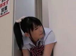 エレベーターの扉に挟まったJKの桃尻を容赦なく堪能する痴漢動画