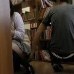 静かな図書館で声をだせずに痴漢されるJK