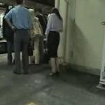 立ってるのがやっとの泥酔OLが電車内で痴漢レイプされる動画