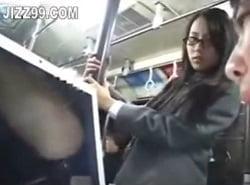 バスでエロ本を拾った優等生JKにエロ動画を見せて痴漢する動画