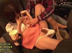映画館で1人鑑賞してた巨乳女性を痴漢する動画