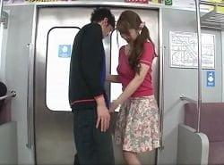 ノーブラ乳首ポチお姉さんの電車内逆痴漢手コキフェラ動画