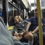 空いてるバスの中で金髪JKが座ってたので痴漢中出しする動画