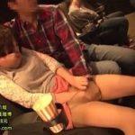 映画館で一人鑑賞を楽しんでた女性が電マとバイブで痴漢される動画