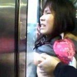 制服姿の女子校生が電車で集団痴漢に遭遇して潮吹きする動画