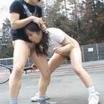 テニスの練習をしてた女子が時間を止められ体を堪能される動画