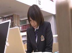 図書館でパソコン検索しているJKを痴漢する動画