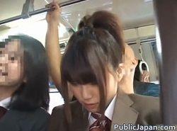 バスの中で友達と会話しながら痴漢を気にする制服JK動画