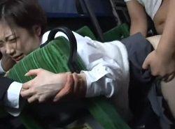 痴漢集団のバスへ知らずに乗ってしまった幼体型美少女が中出しされる動画