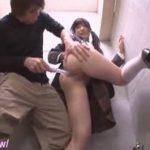 公衆トイレで自慰中のJKが男に見つかり中出しレイプされる動画