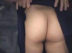 痴漢されたウブな制服女子が電車の中でパンツを濡らして必死に堪える動画