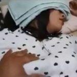ぐっすり眠ってる大和なでしこ風な黒髪美少女の体を堪能する動画