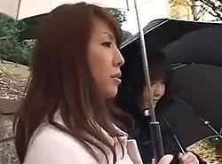 娘と一緒に乗っていたバスの車内で痴漢された美人妻が堪える動画