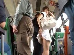 バスで痴漢されている美人お姉さんを眺める後部座席の男