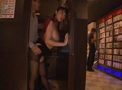 ネカフェの個室で客にハメられる巨乳女子店員の無料動画