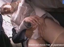 通勤電車でパンツの中に手を入れられながら痴漢に耐えるOL動画