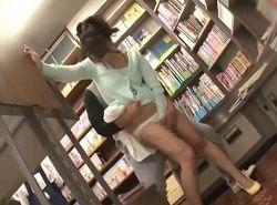 書店で立ち読み中の美人お姉さんを頭巾状態にして痴漢する動画
