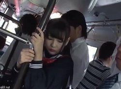 お人形のように可愛い黒髪JKがバスで集団痴漢される動画