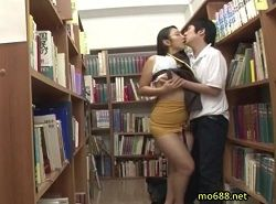 ウブ男を逆痴漢するのが大好きな図書館司書の淫乱な責めワザ