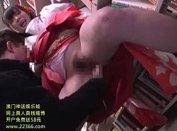 着物の下はノーパンな巨乳女子が図書館で痴漢を受けガニ股潮吹き