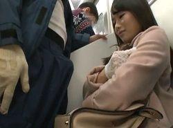 電車で正面男のモッコリ股間に企んだ表情をする美女が逆痴漢手コキ