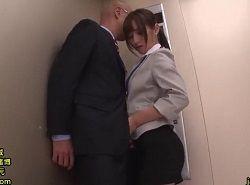 エレベータの中で上司を逆痴漢フェラ抜きザーメンごっくんするOL