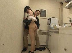 社内の給湯室でパンスト穴開け中出し痴漢レイプされるOL動画