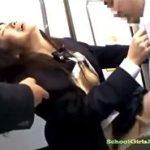 電車で痴漢レイプされたJKがバックピストンに耐え大量ぶっかけされる動画